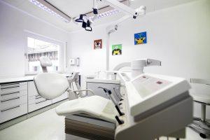 Der zahnärztliche Behandlungsraum für Diagnose und Professionelle Zahnreinigung