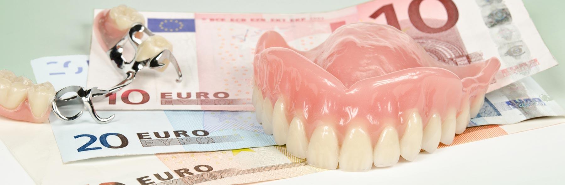 Bei Zahnersatz und aufwendigen Eingriffen ermöglichen wir die Zahlung des Eigenanteils in Raten