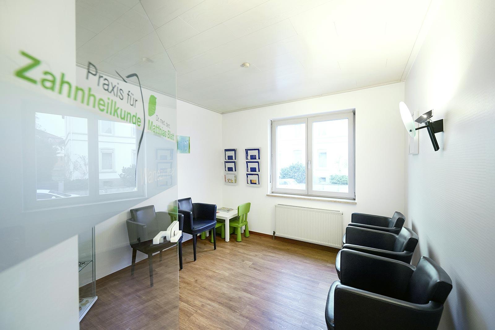 Im Wartezimmer unserer Zahnarztpraxis können Sie die gewöhnlich kurzen Wartezeiten bequem überbrücken